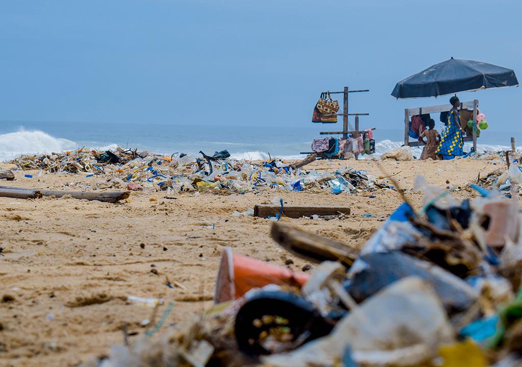 Pilhas de lixo na praia